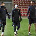 Mina, de la mano de Messi y Suárez en su primer entrenamiento