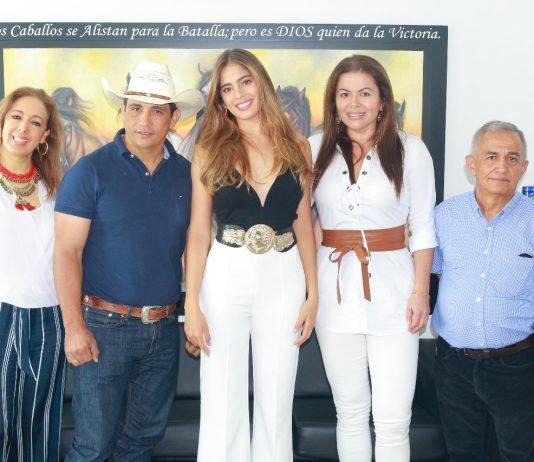 De izquierda a derecha: Martha Montañez (madre de Camila), Alirio Barrera (Gobernador de Casanare), Camila Avella (reina), Reinaldo Avella (padre de Camila)