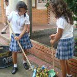 Estudiantes a hacer aseo en colegios mientras se contrata aseadoras