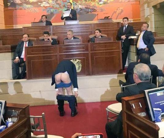 Resultado de imagen para se bajo los calzones hoy en el senado mockus