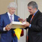 Duque le entregó a Pekerman la bandera de Colombia