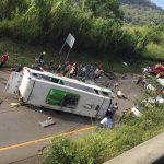 Son 8 los muertos al volcarse bus en el Valle